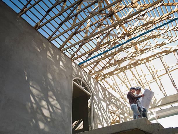 Chef de chantier qui assure le suivi de la construction d'une maison passive