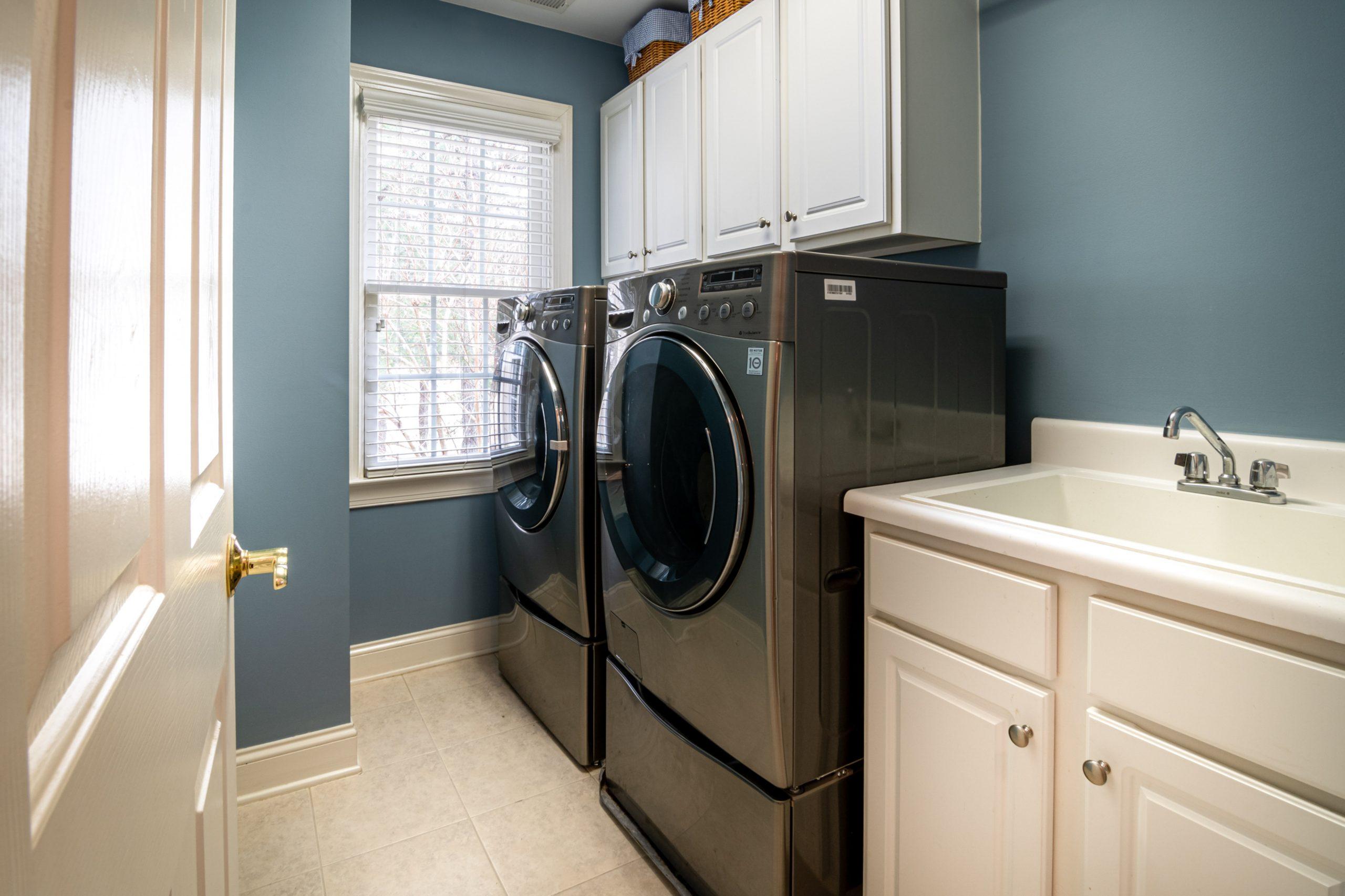 Machine à laver et sèche linge dans une buanderie